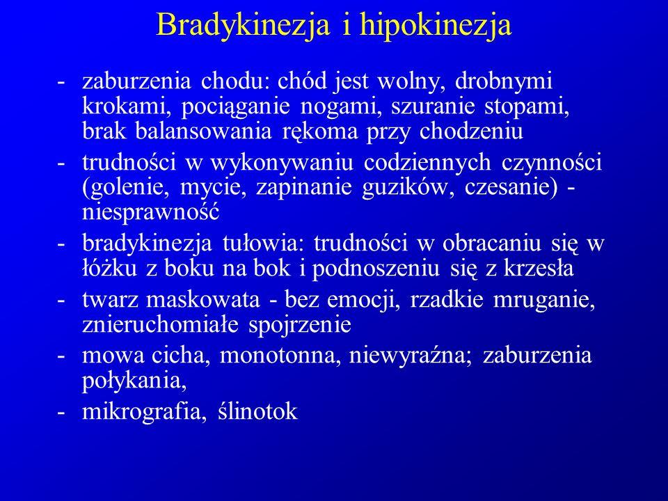 Bradykinezja i hipokinezja -zaburzenia chodu: chód jest wolny, drobnymi krokami, pociąganie nogami, szuranie stopami, brak balansowania rękoma przy ch