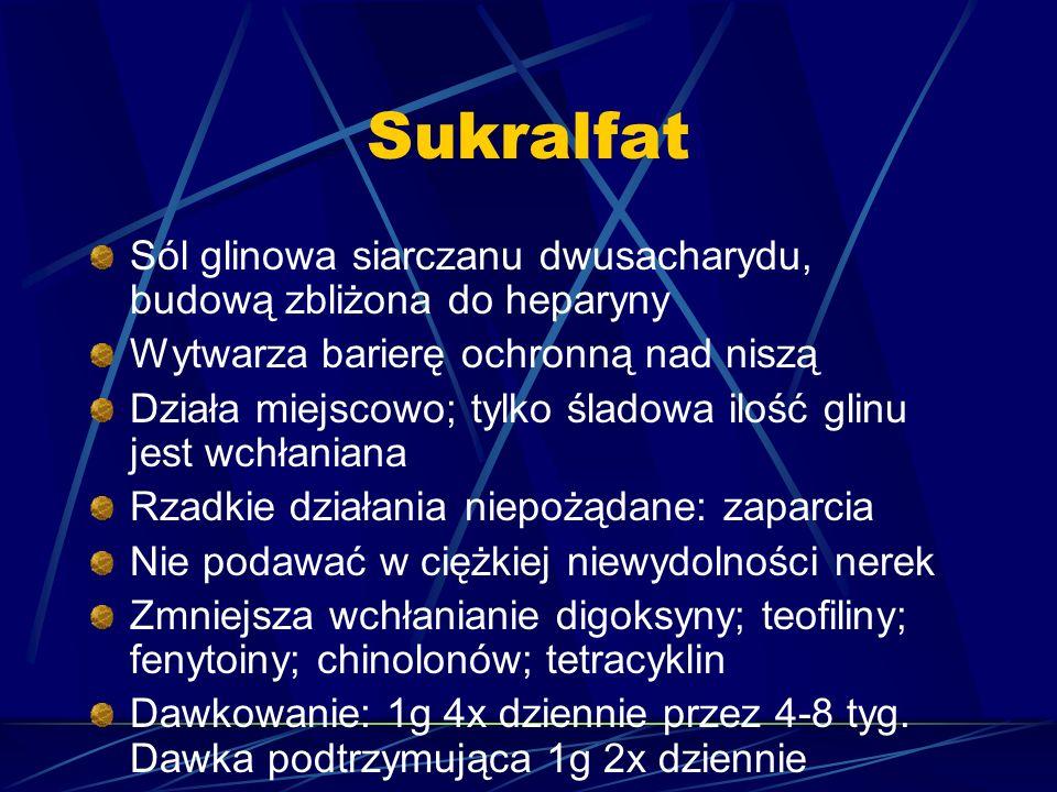 Sukralfat Sól glinowa siarczanu dwusacharydu, budową zbliżona do heparyny Wytwarza barierę ochronną nad niszą Działa miejscowo; tylko śladowa ilość glinu jest wchłaniana Rzadkie działania niepożądane: zaparcia Nie podawać w ciężkiej niewydolności nerek Zmniejsza wchłanianie digoksyny; teofiliny; fenytoiny; chinolonów; tetracyklin Dawkowanie: 1g 4x dziennie przez 4-8 tyg.