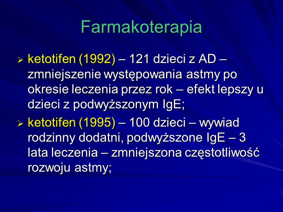 Farmakoterapia  ketotifen (1992) – 121 dzieci z AD – zmniejszenie występowania astmy po okresie leczenia przez rok – efekt lepszy u dzieci z podwyższonym IgE;  ketotifen (1995) – 100 dzieci – wywiad rodzinny dodatni, podwyższone IgE – 3 lata leczenia – zmniejszona częstotliwość rozwoju astmy;