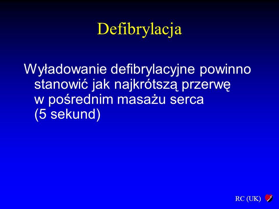 RC (UK) Defibrylacja Wyładowanie defibrylacyjne powinno stanowić jak najkrótszą przerwę w pośrednim masażu serca (5 sekund)