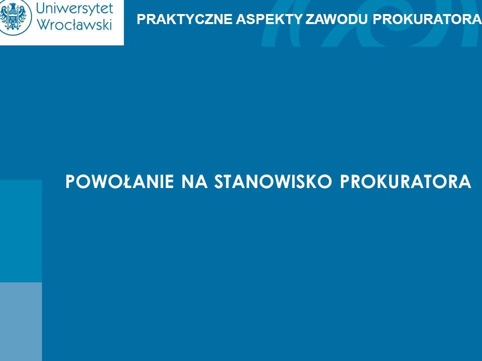 Warunki powołania na stanowisko prokuratora: 1)posiadanie obywatelstwa polskiego i korzystanie z pełni praw cywilnych i obywatelskich; 2)nieskazitelny charakter; 3)ukończenie wyższych studiów prawniczych w Polsce i uzyskanie tytułu magistra lub zagranicznego uznanego w Polsce; 4)zdolność, ze względu na stan zdrowia, do pełnienia obowiązków prokuratora; 5)ukończenie 26 lat; 6)złożenie egzaminu prokuratorskiego lub sędziowskiego; 7)praca w charakterze asesora prokuratorskiego lub sądowego co najmniej przez rok albo odbycie w wojskowych jednostkach organizacyjnych prokuratury okresu służby przewidzianego w przepisach o służbie wojskowej żołnierzy zawodowych.