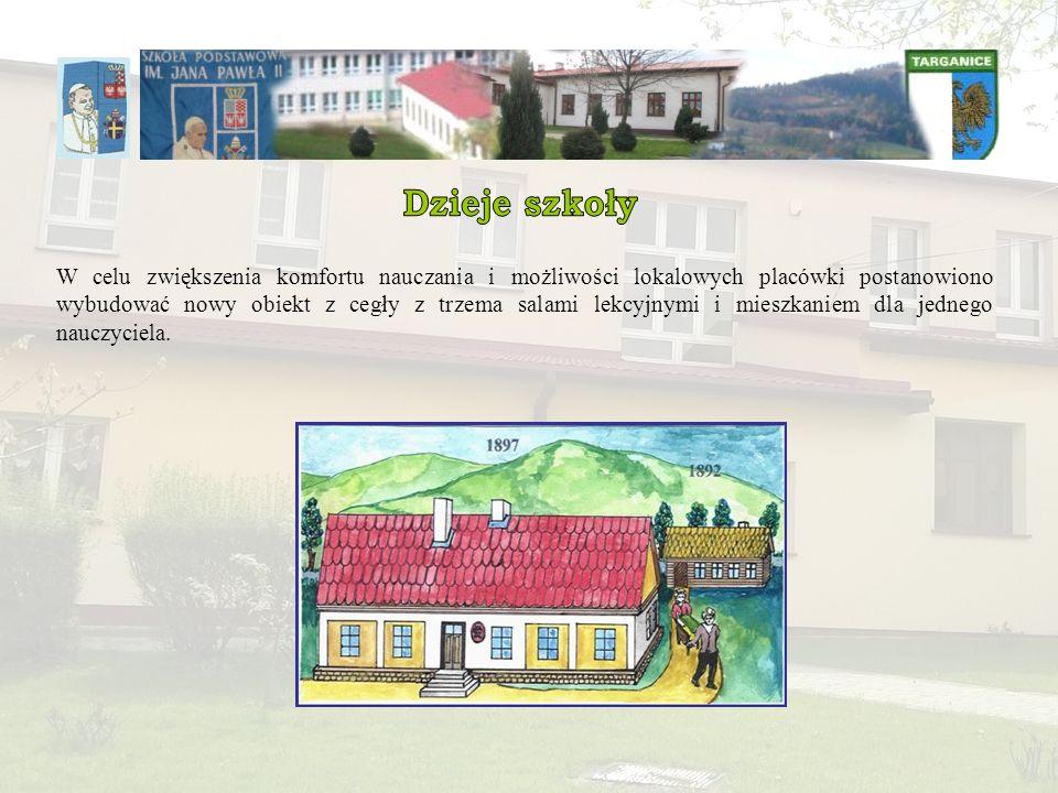 W celu zwiększenia komfortu nauczania i możliwości lokalowych placówki postanowiono wybudować nowy obiekt z cegły z trzema salami lekcyjnymi i mieszkaniem dla jednego nauczyciela.