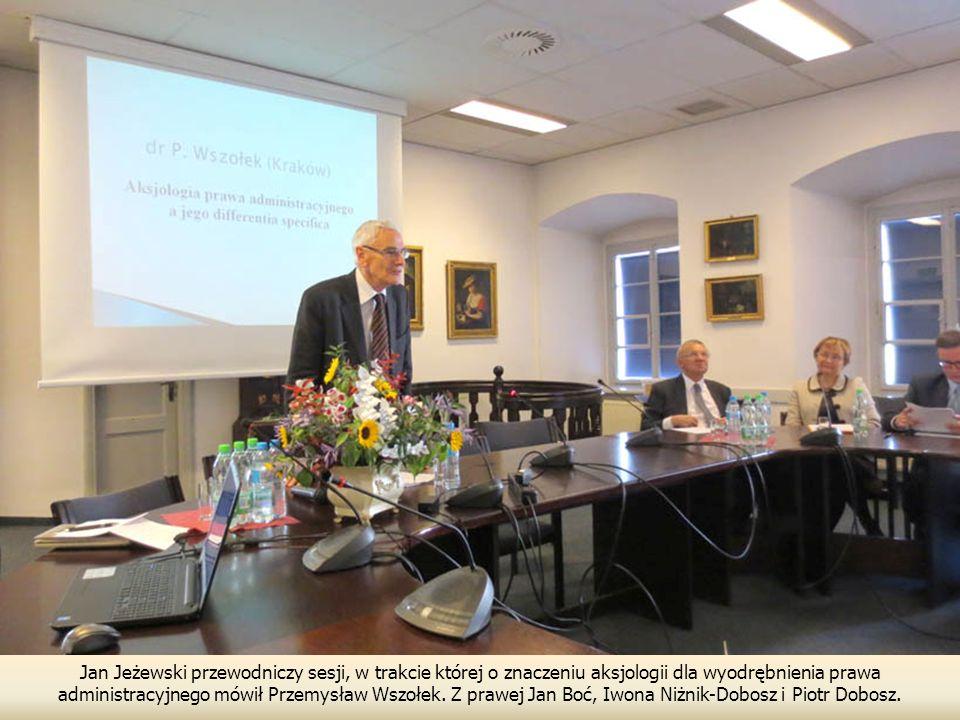 Jan Jeżewski przewodniczy sesji, w trakcie której o znaczeniu aksjologii dla wyodrębnienia prawa administracyjnego mówił Przemysław Wszołek. Z prawej