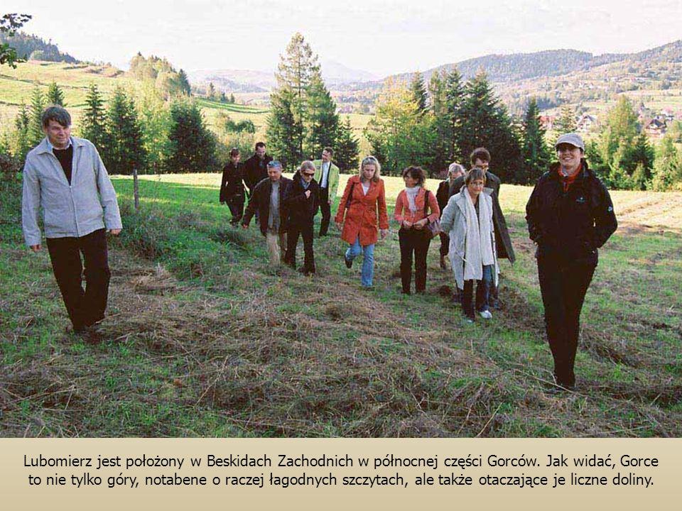 Lubomierz jest położony w Beskidach Zachodnich w północnej części Gorców. Jak widać, Gorce to nie tylko góry, notabene o raczej łagodnych szczytach, a