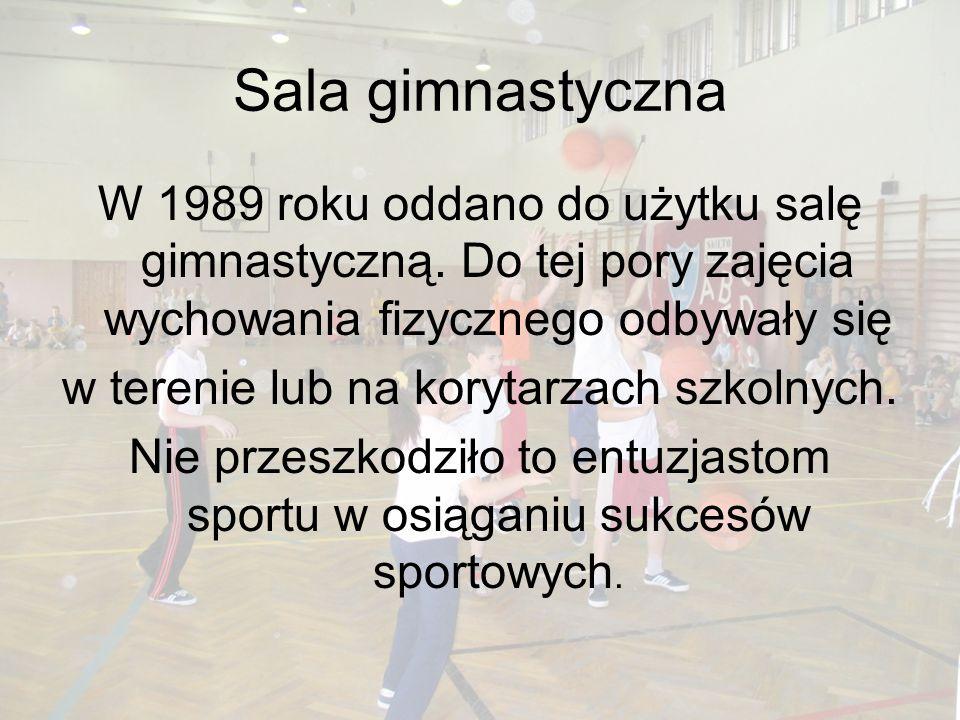 Sala gimnastyczna W 1989 roku oddano do użytku salę gimnastyczną. Do tej pory zajęcia wychowania fizycznego odbywały się w terenie lub na korytarzach