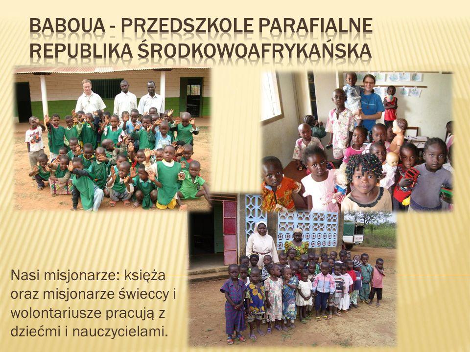 Nasi misjonarze: księża oraz misjonarze świeccy i wolontariusze pracują z dziećmi i nauczycielami.