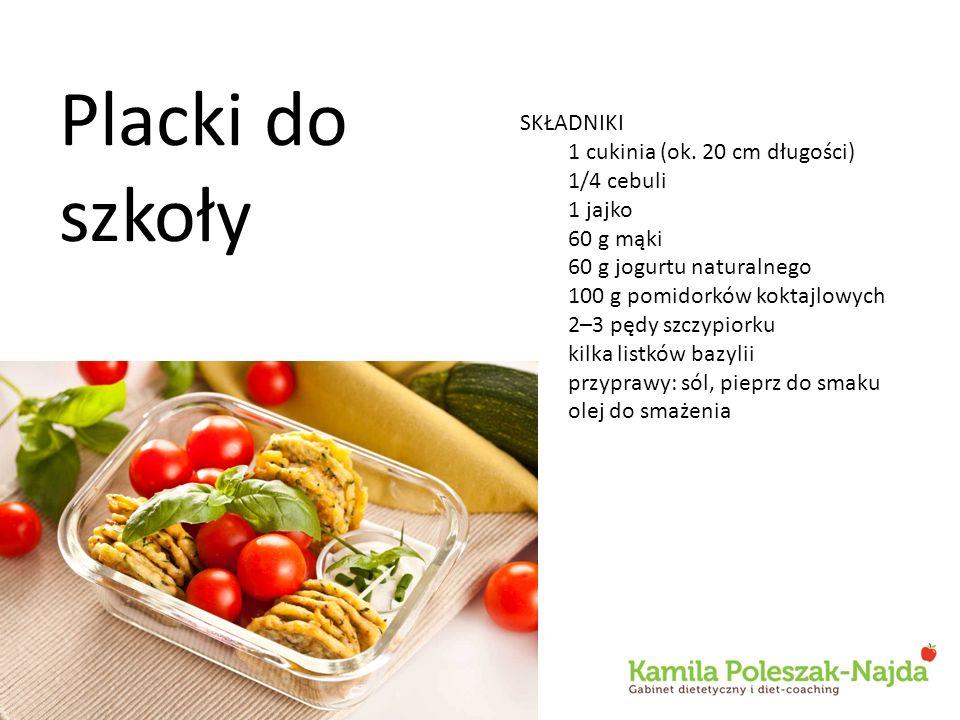 SKŁADNIKI 1 cukinia (ok. 20 cm długości) 1/4 cebuli 1 jajko 60 g mąki 60 g jogurtu naturalnego 100 g pomidorków koktajlowych 2–3 pędy szczypiorku kilk