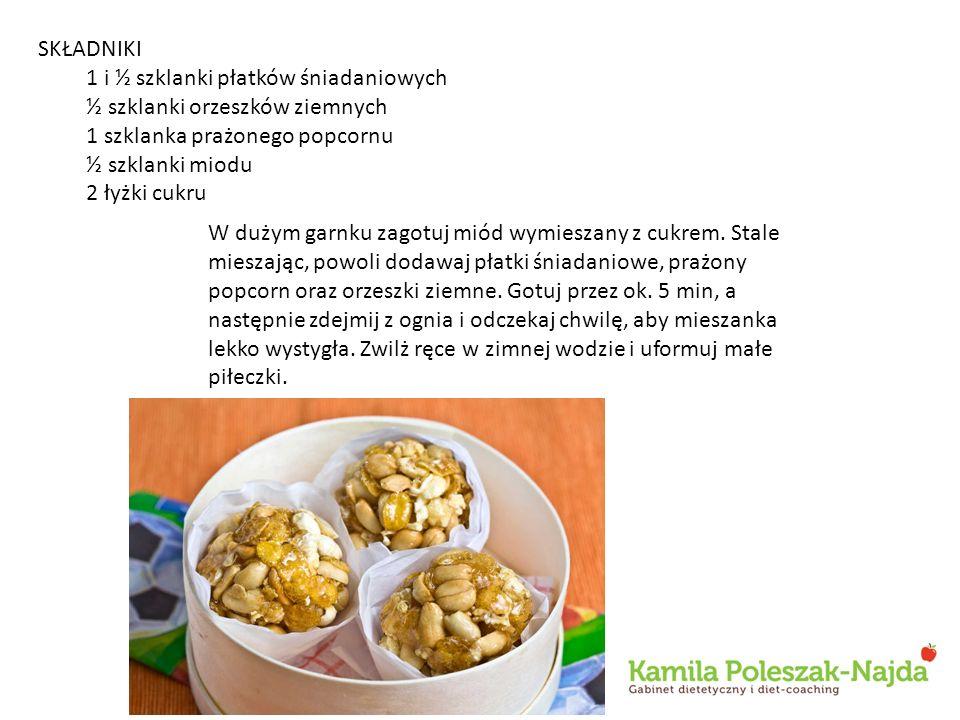 SKŁADNIKI 1 i ½ szklanki płatków śniadaniowych ½ szklanki orzeszków ziemnych 1 szklanka prażonego popcornu ½ szklanki miodu 2 łyżki cukru W dużym garn