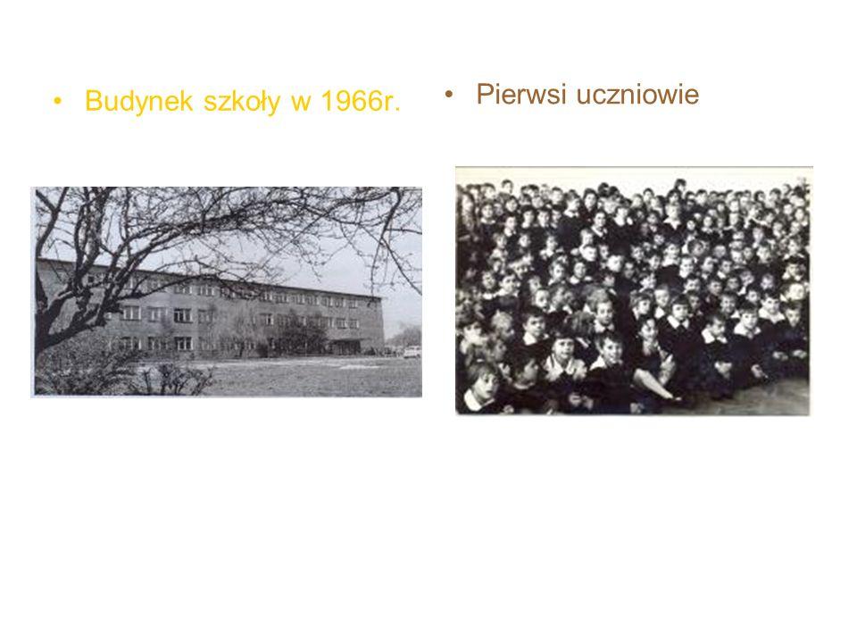 Budynek szkoły w 1966r. Pierwsi uczniowie