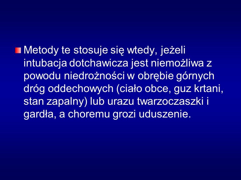 Tracheotomia Pozycja chorego: na plecach z uniesieniem barków przez podłożenie wałka i odchylenie głowy ku tyłowi; Przygotowanie pola operacyjnego (umycie przedniej i bocznej ściany szyi od żuchwy do obojczyków preparatem dezynfekującym)