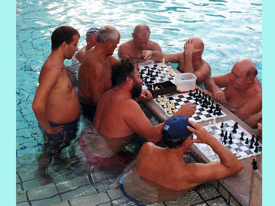 Starsi wiekiem stali bywalcy wybierają płytki basen z wodą termalną, w którym siedząc całym sercem oddają się... grze w szachy.