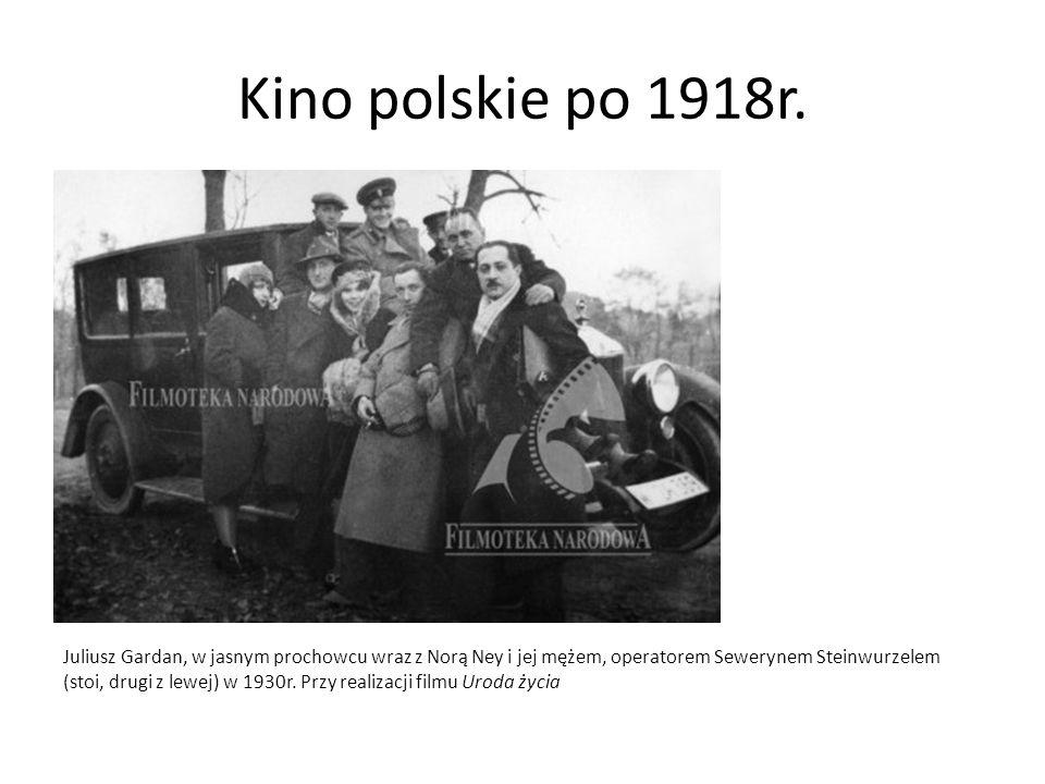 Kino polskie po 1918r. Juliusz Gardan, w jasnym prochowcu wraz z Norą Ney i jej mężem, operatorem Sewerynem Steinwurzelem (stoi, drugi z lewej) w 1930