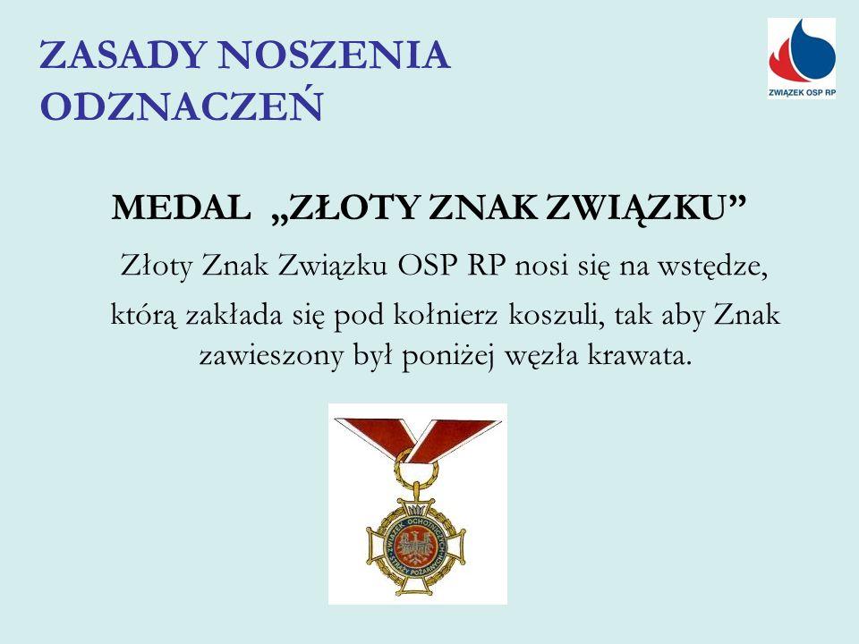 """MEDAL """"ZŁOTY ZNAK ZWIĄZKU Złoty Znak Związku OSP RP nosi się na wstędze, którą zakłada się pod kołnierz koszuli, tak aby Znak zawieszony był poniżej węzła krawata."""
