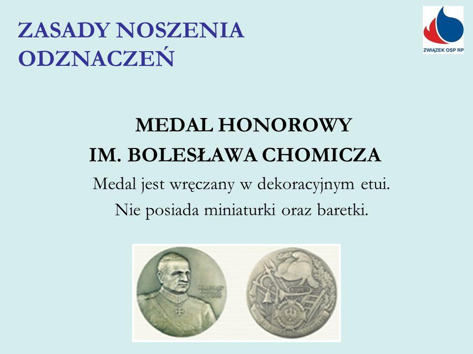 MEDAL HONOROWY IM. BOLESŁAWA CHOMICZA Medal jest wręczany w dekoracyjnym etui. Nie posiada miniaturki oraz baretki. ZASADY NOSZENIA ODZNACZEŃ