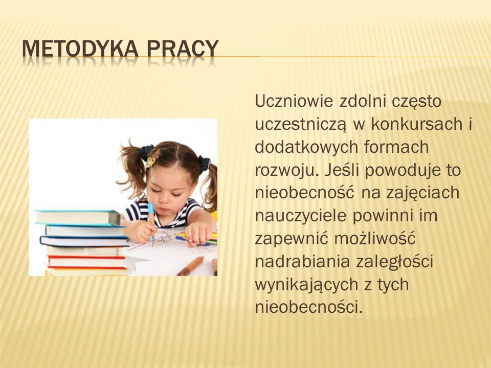 Uczniowie zdolni często uczestniczą w konkursach i dodatkowych formach rozwoju.