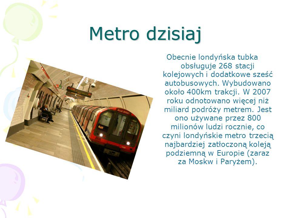 Metro dzisiaj Obecnie londyńska tubka obsługuje 268 stacji kolejowych i dodatkowe sześć autobusowych. Wybudowano około 400km trakcji. W 2007 roku odno
