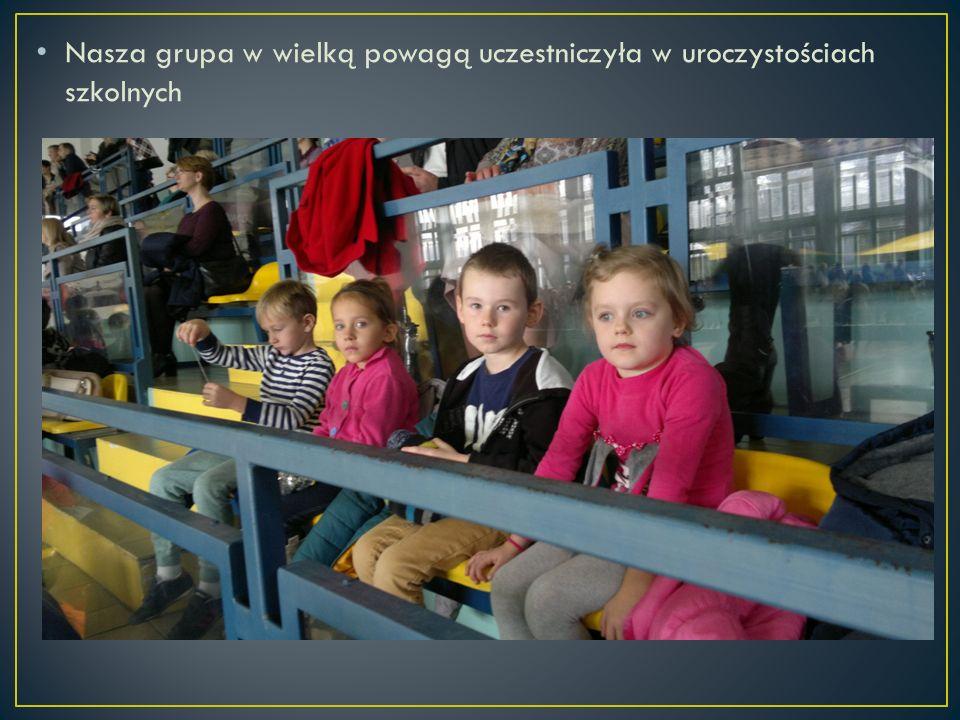 Nasza grupa w wielką powagą uczestniczyła w uroczystościach szkolnych