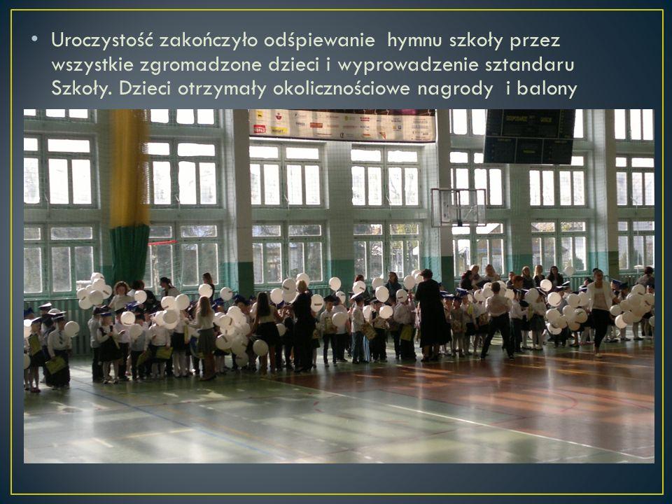 Uroczystość zakończyło odśpiewanie hymnu szkoły przez wszystkie zgromadzone dzieci i wyprowadzenie sztandaru Szkoły. Dzieci otrzymały okolicznościowe