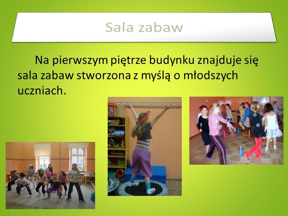 Szkoła dysponuje dwiema salami gimnastycznymi (małą i dużą) oraz dosyć dużym boiskiem.