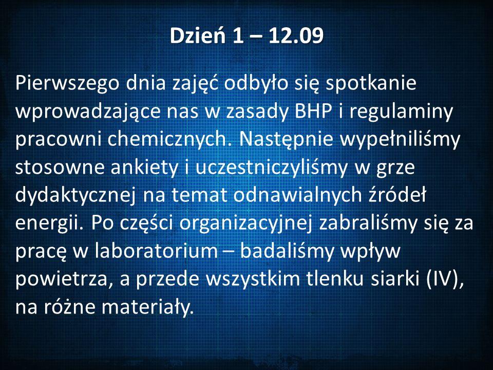 Dzień 1 – 12.09 Pierwszego dnia zajęć odbyło się spotkanie wprowadzające nas w zasady BHP i regulaminy pracowni chemicznych.