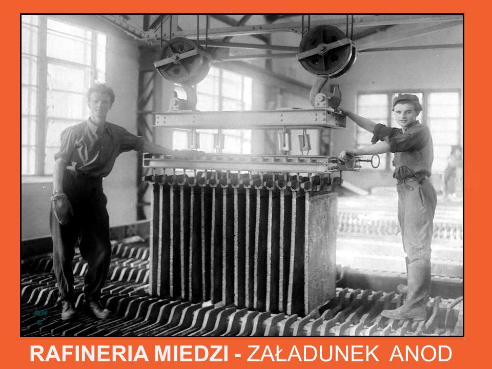 RAFINERIA MIEDZI - ZAŁADUNEK ANOD W trudnych warunkach pracownicy pracowali przy obsłudze wanien w hali elektrolizy.