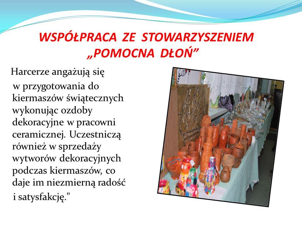"""WSPÓŁPRACA ZE STOWARZYSZENIEM """"POMOCNA DŁOŃ Harcerze angażują się w przygotowania do kiermaszów świątecznych wykonując ozdoby dekoracyjne w pracowni ceramicznej."""