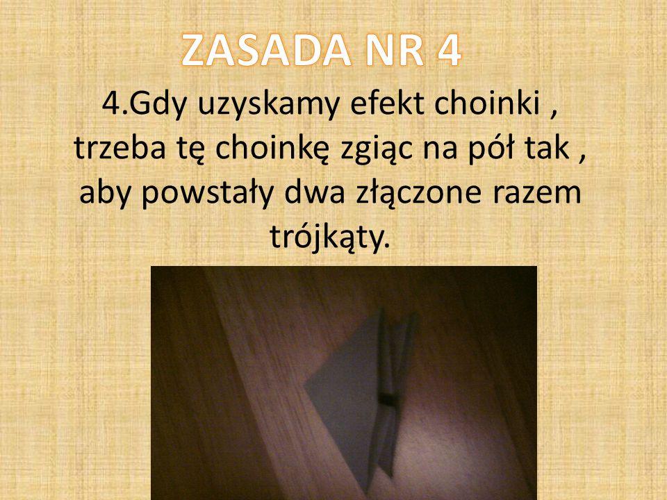 4.Gdy uzyskamy efekt choinki, trzeba tę choinkę zgiąc na pół tak, aby powstały dwa złączone razem trójkąty.