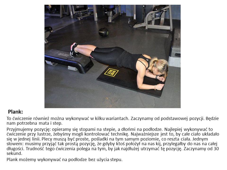 Plank: To ćwiczenie również można wykonywać w kilku wariantach. Zaczynamy od podstawowej pozycji. Będzie nam potrzebna mata i step. Przyjmujemy pozycj