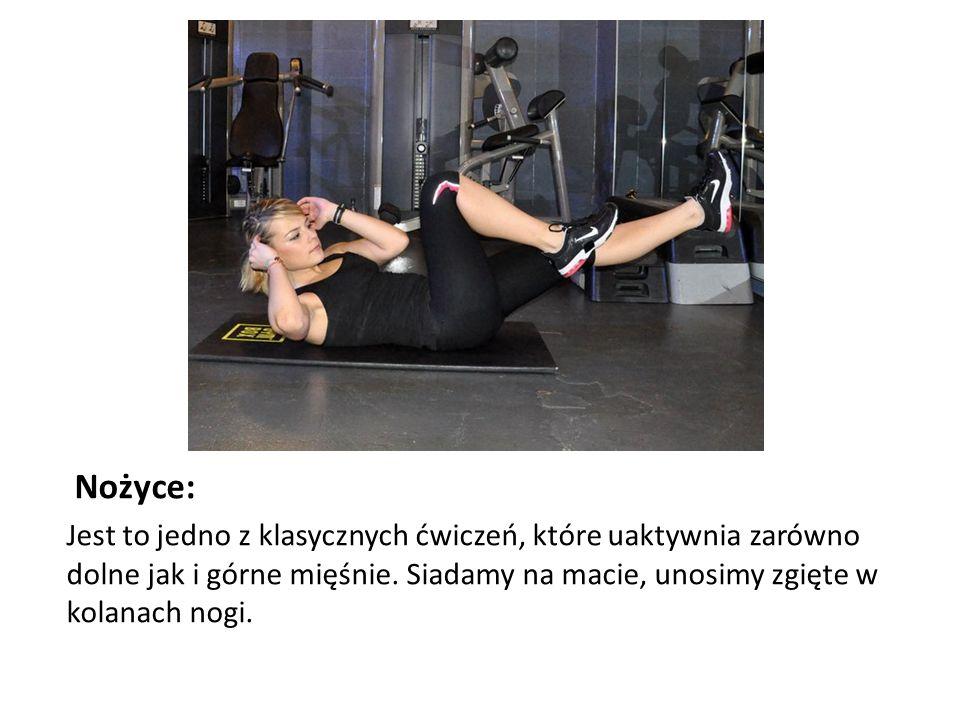 Nożyce: Jest to jedno z klasycznych ćwiczeń, które uaktywnia zarówno dolne jak i górne mięśnie. Siadamy na macie, unosimy zgięte w kolanach nogi.