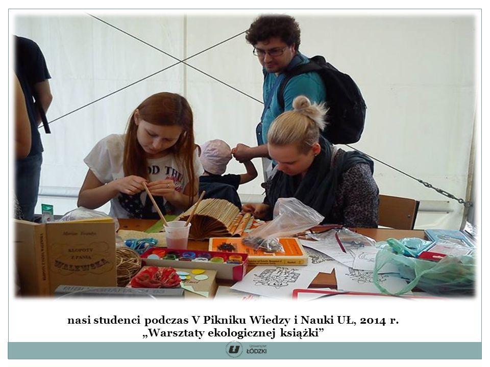 """nasi studenci podczas V Pikniku Wiedzy i Nauki UŁ, 2014 r. """"Warsztaty ekologicznej książki"""
