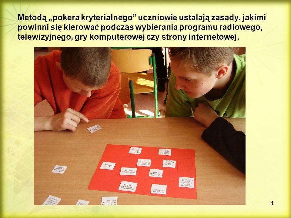 """4 Metodą """"pokera kryterialnego uczniowie ustalają zasady, jakimi powinni się kierować podczas wybierania programu radiowego, telewizyjnego, gry komputerowej czy strony internetowej."""
