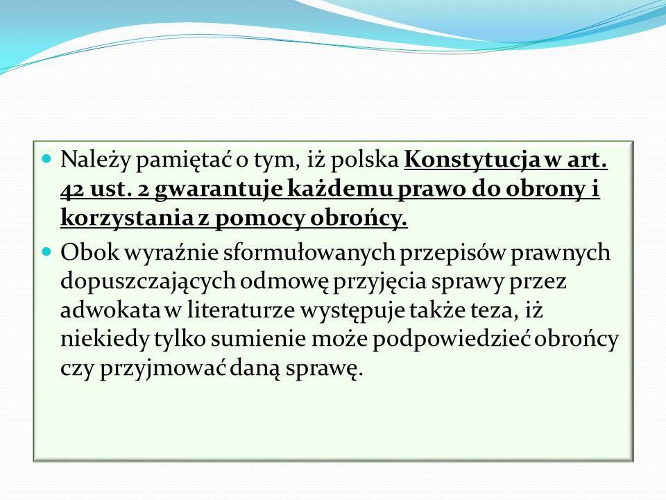 Należy pamiętać o tym, iż polska Konstytucja w art. 42 ust. 2 gwarantuje każdemu prawo do obrony i korzystania z pomocy obrońcy. Obok wyraźnie sformuł