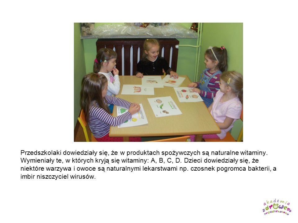 Przedszkolaki dowiedziały się, że w produktach spożywczych są naturalne witaminy. Wymieniały te, w których kryją się witaminy: A, B, C, D. Dzieci dowi