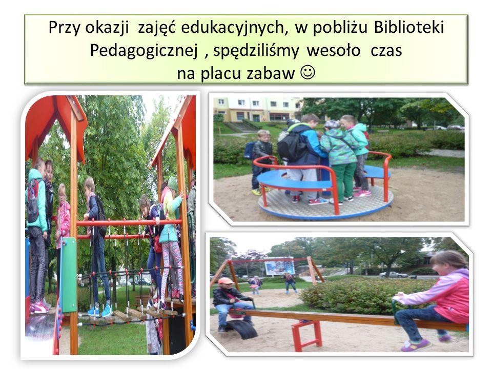Przy okazji zajęć edukacyjnych, w pobliżu Biblioteki Pedagogicznej, spędziliśmy wesoło czas na placu zabaw
