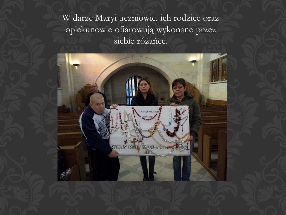 W darze Maryi uczniowie, ich rodzice oraz opiekunowie ofiarowują wykonane przez siebie różańce.