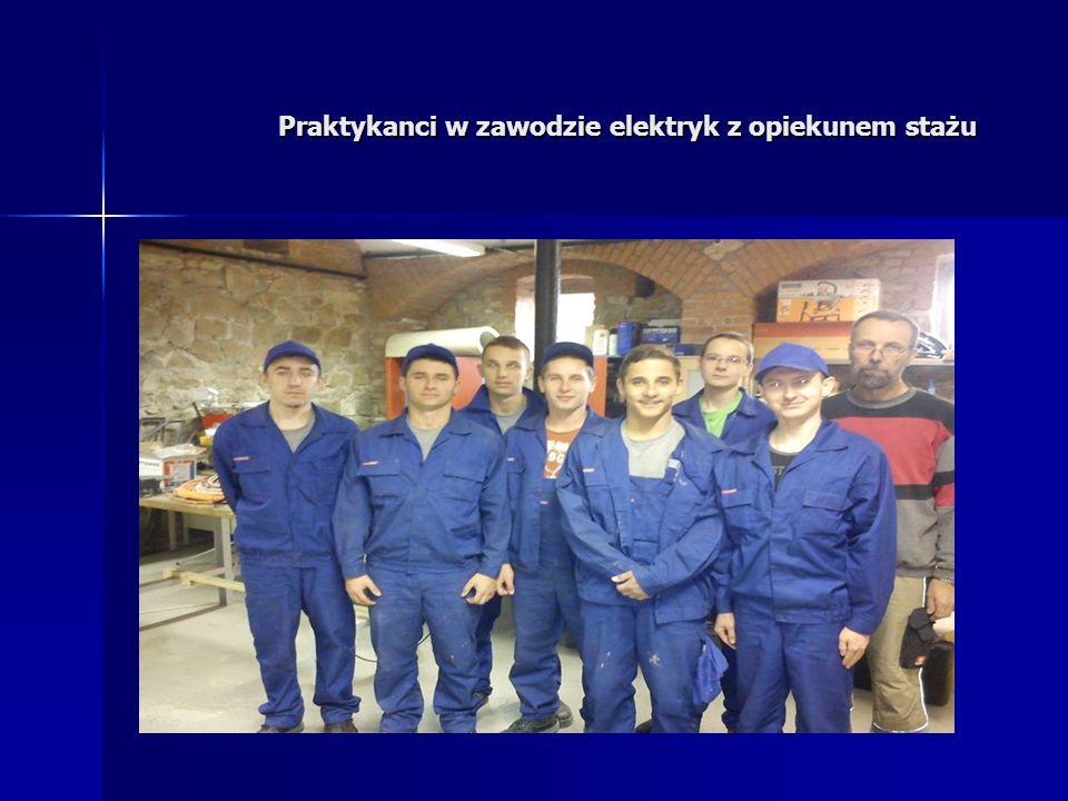 Praktykanci w zawodzie elektryk z opiekunem stażu