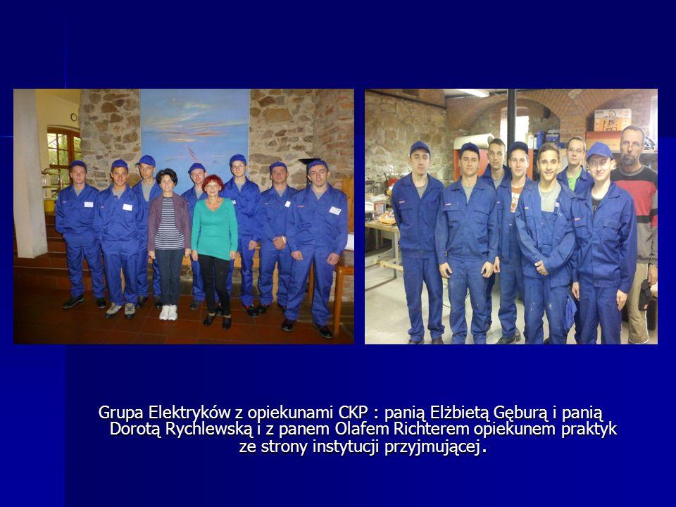 Grupa Elektryków z opiekunami CKP : panią Elżbietą Gęburą i panią Dorotą Rychlewską i z panem Olafem Richterem opiekunem praktyk ze strony instytucji przyjmującej.