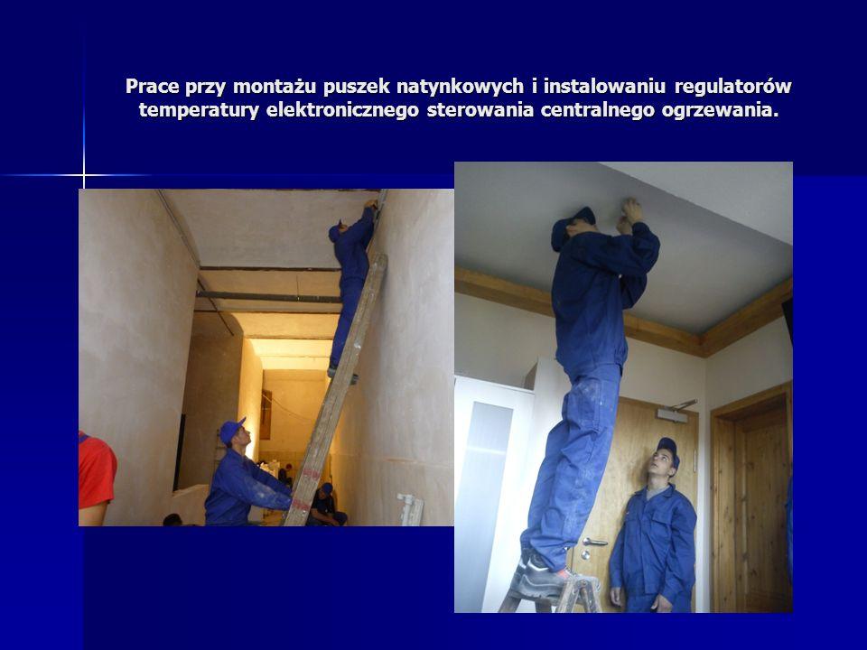 Prace przy montażu puszek natynkowych i instalowaniu regulatorów temperatury elektronicznego sterowania centralnego ogrzewania.