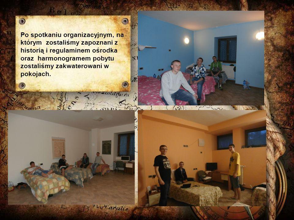 Po spotkaniu organizacyjnym, na którym zostaliśmy zapoznani z historią i regulaminem ośrodka oraz harmonogramem pobytu zostaliśmy zakwaterowani w pokojach.