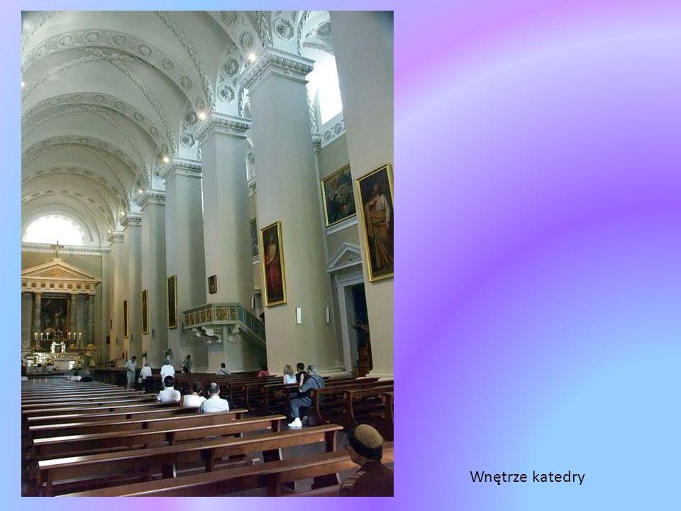 Katedra katolicka p.w. śś. Stanisława i Władysława Fronton wieńczą trzy duże rzeźby św.