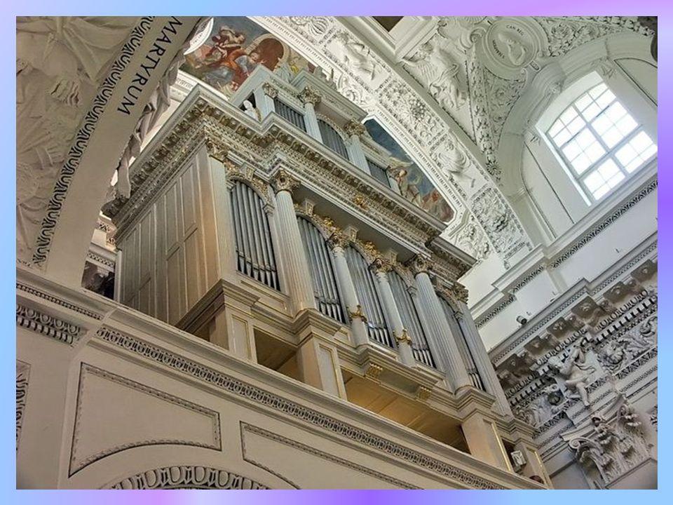 Z kopuły zwisa mosiężno- kryształowy żyrandol w kształcie łodzi, jest to dar Wenecji na konsekrację kościoła.