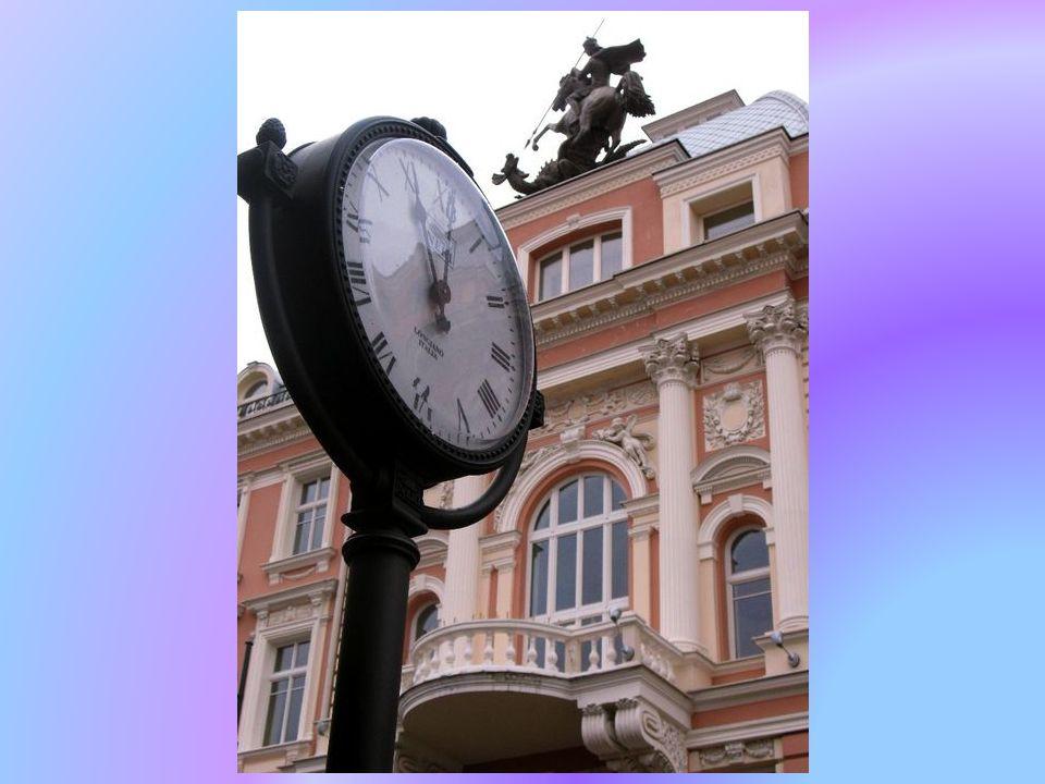 Budynek przy prospekcie Giedymina - dawny hotel św. Jerzego z monumentalną rzeźbą świętego.