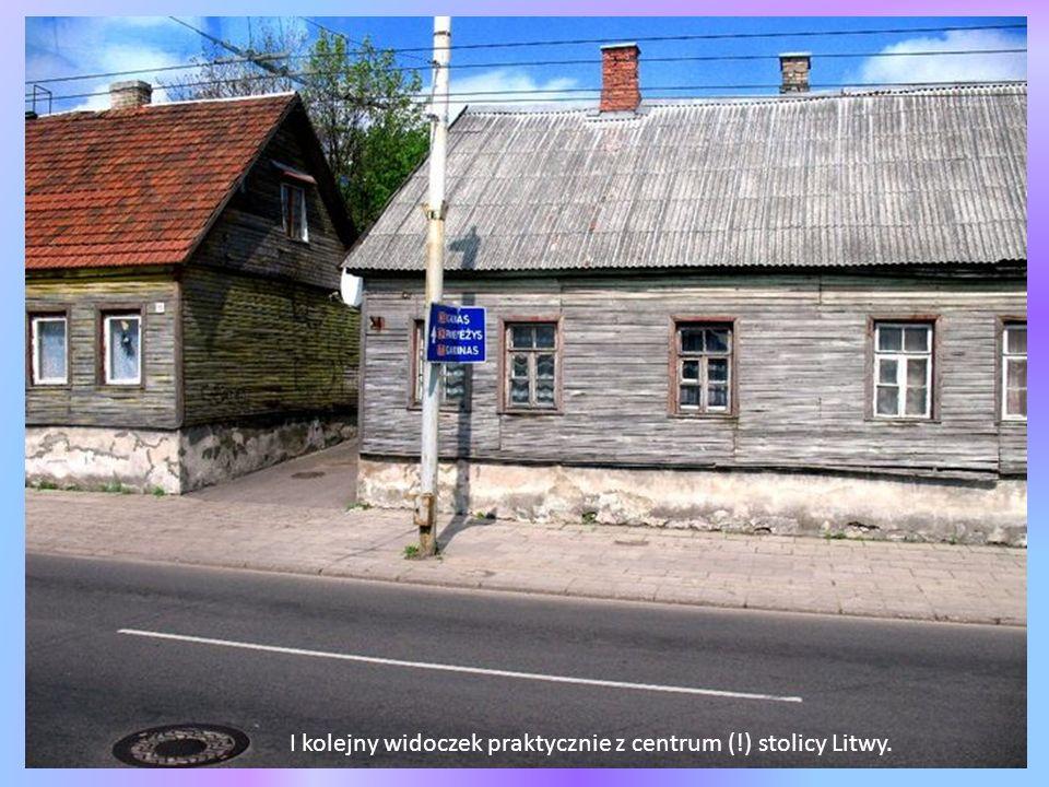 Wilno wygląda też tak - drewniane, biedne budynki.Na zdjęciu szkoła polska.