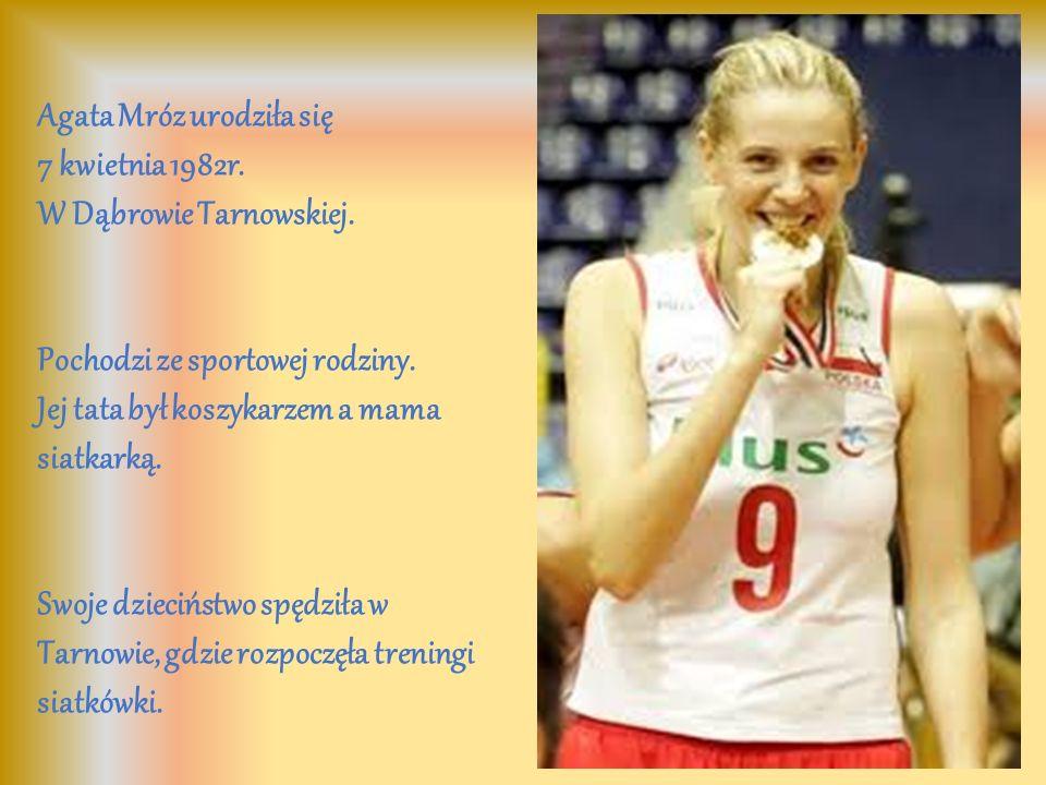 Agata Mróz urodziła się 7 kwietnia 1982r. W Dąbrowie Tarnowskiej. Pochodzi ze sportowej rodziny. Jej tata był koszykarzem a mama siatkarką. Swoje dzie