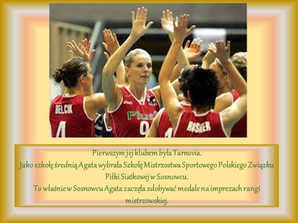 Pierwszym jej klubem była Tarnovia. Jako szkołę średnią Agata wybrała Szkołę Mistrzostwa Sportowego Polskiego Związku Piłki Siatkowej w Sosnowcu. To w