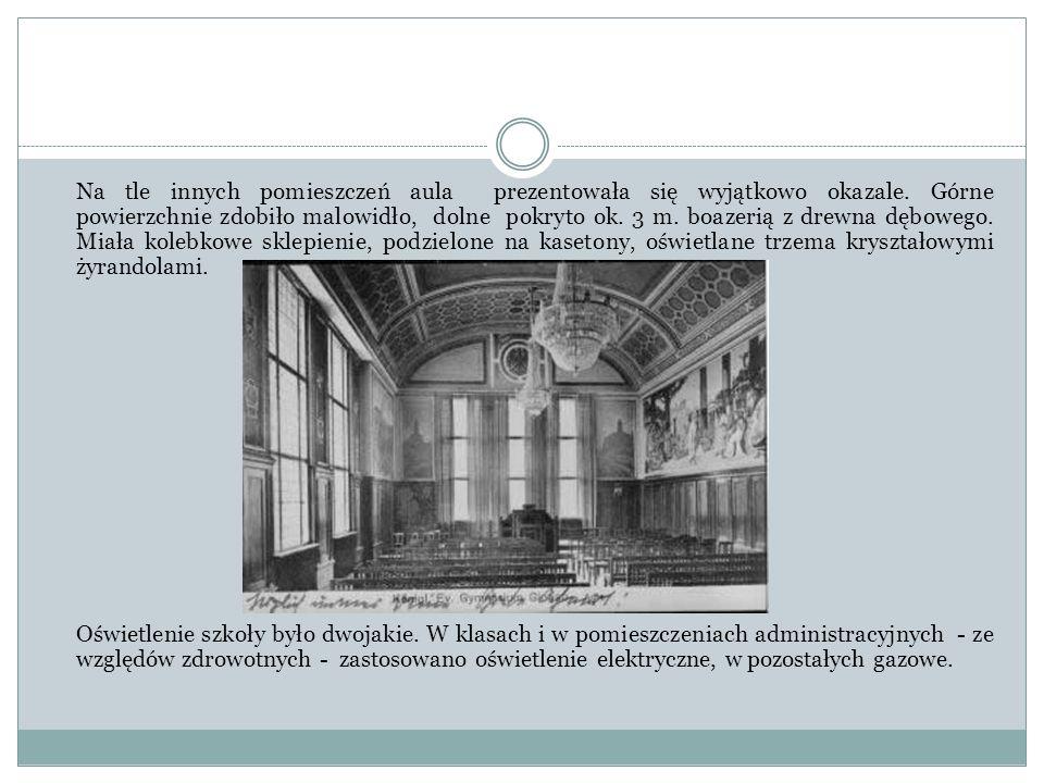 Na tle innych pomieszczeń aula prezentowała się wyjątkowo okazale. Górne powierzchnie zdobiło malowidło, dolne pokryto ok. 3 m. boazerią z drewna dębo