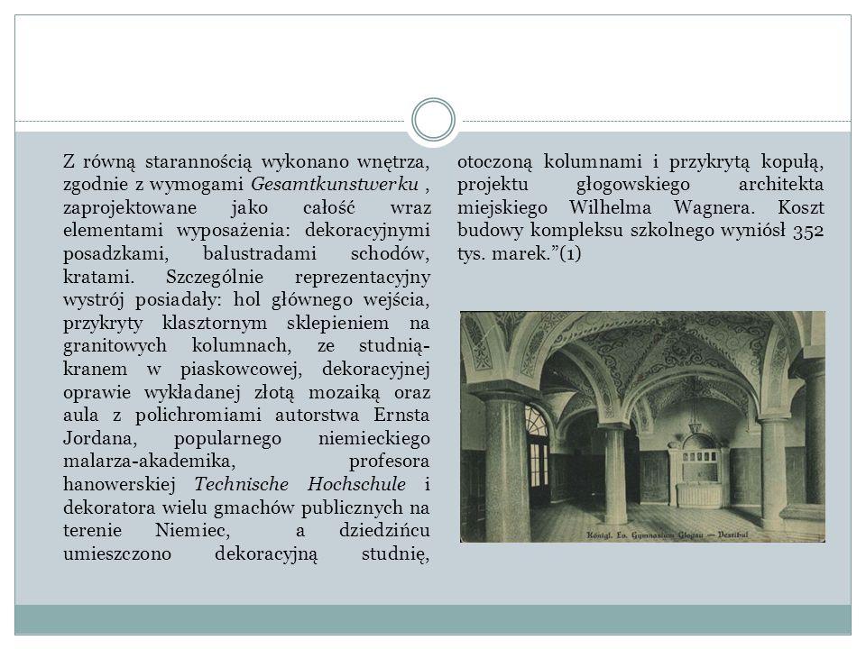 Z równą starannością wykonano wnętrza, zgodnie z wymogami Gesamtkunstwerku, zaprojektowane jako całość wraz elementami wyposażenia: dekoracyjnymi posa
