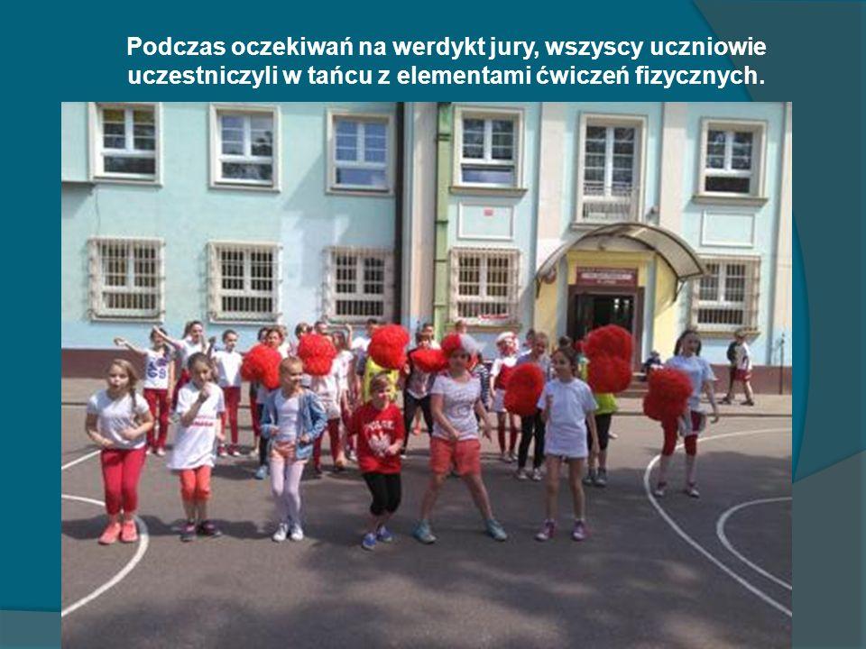 Podczas oczekiwań na werdykt jury, wszyscy uczniowie uczestniczyli w tańcu z elementami ćwiczeń fizycznych.
