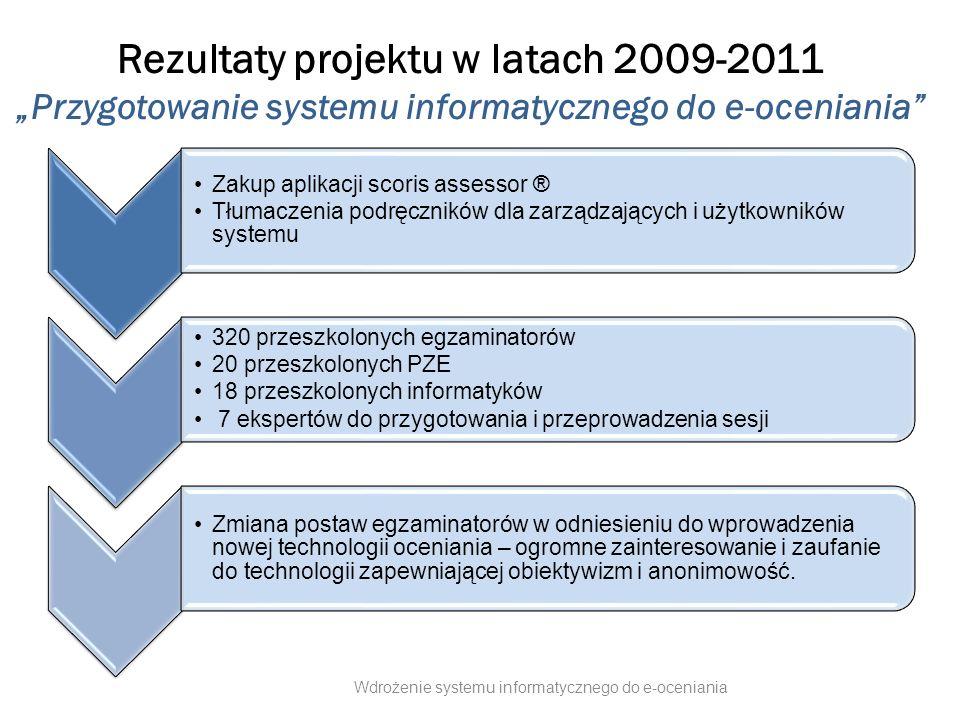 """Zakres projektu """"Wdrożenie systemu informatycznego do e-oceniania zwiększenie obiektywizmu - poprzez zapewnienie 100% anonimowości prac nowego, o podwyższonej skuteczności, podniesienie jakości oceniania poprzez zastosowanie nowego, o podwyższonej skuteczności, systemu kontroli jakości większą porównywalność i rzetelność wyników egzaminów - poprzez specjalizację egzaminatorów Projekt polega na wdrożeniu zakupionej w 2011 roku aplikacji scoris do oceniania prac egzaminacyjnych na ekranie komputerów, co docelowo wpłynie na: zapewni wprowadzenie nowoczesnego systemu informatycznego do oceniania prac egzaminacyjnych zintegrowanego z istniejącymi systemami informatycznymi komisji okręgowych zmniejszy presję czasową oceniania prac egzaminacyjnych (e-ocenianie prowadzone docelowo na domowych komputerach egzaminatorów nie musi ograniczać się do weekendów i ustalonych godzin pracy ośrodków oceniania) umożliwi przygotowanie profesjonalnej kadry zarządzającej elektronicznym ocenianiem oraz podniesienie kwalifikacji 9000 egzaminatorów poprzez cykl szkoleń."""