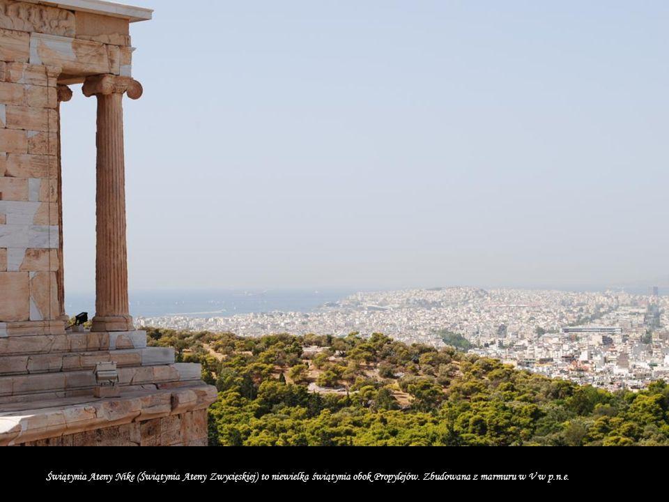 Inicjatorem budowy Partenonu był Perykles który przekonywał ateńczyków, że budowa Akropolu da zatrudnienie tysiącom wolnych obywateli i niewolników, co przyczyni się do ożywienia gospodarki i rozwoju rzemiosła w całej Attyce, poza tym złoto i pieniądze, które leżą w skarbcu są martwe, a tylko pieniądz w obiegu żyje, i daje życie.